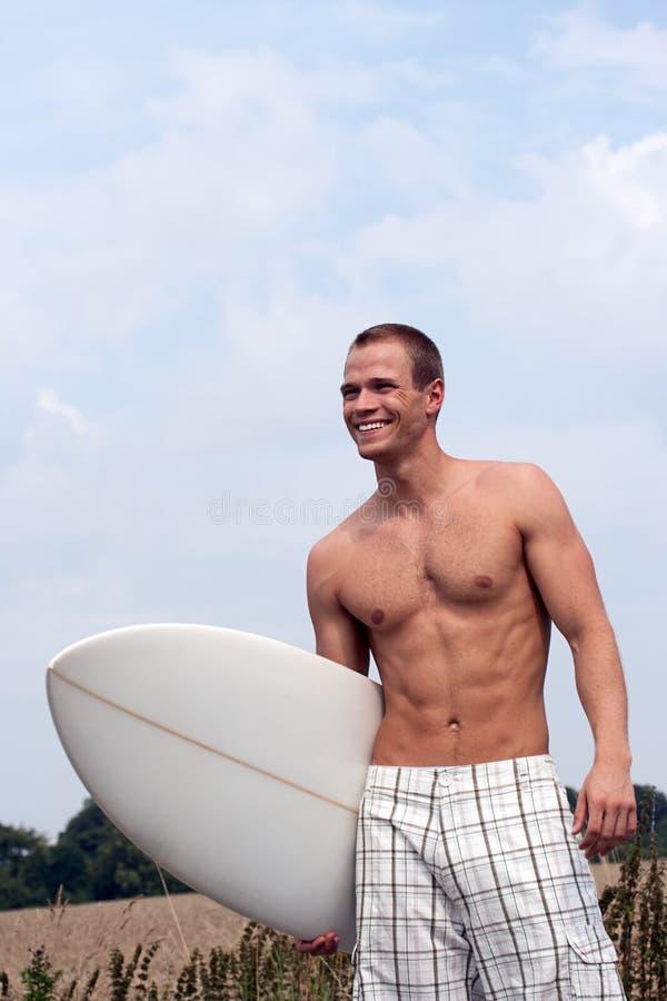 Surfista sul modo alla spiaggia immagine stock libera da diritti