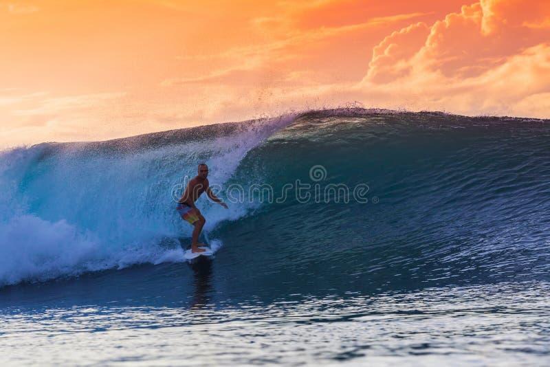 Surfista sull'onda stupefacente immagine stock libera da diritti