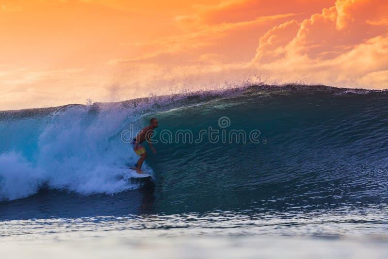 Surfista sull'onda stupefacente fotografia stock libera da diritti