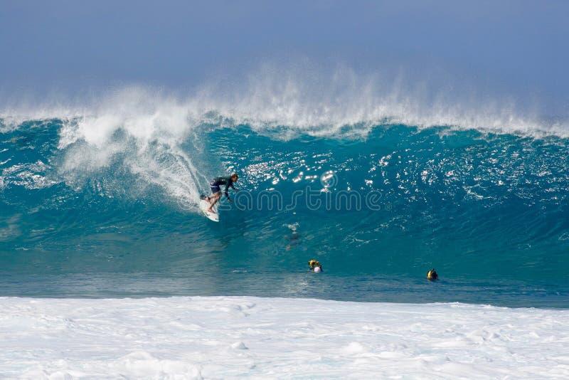 Surfista sulla riva del nord di Oahu, Hawai, U.S.A. fotografia stock