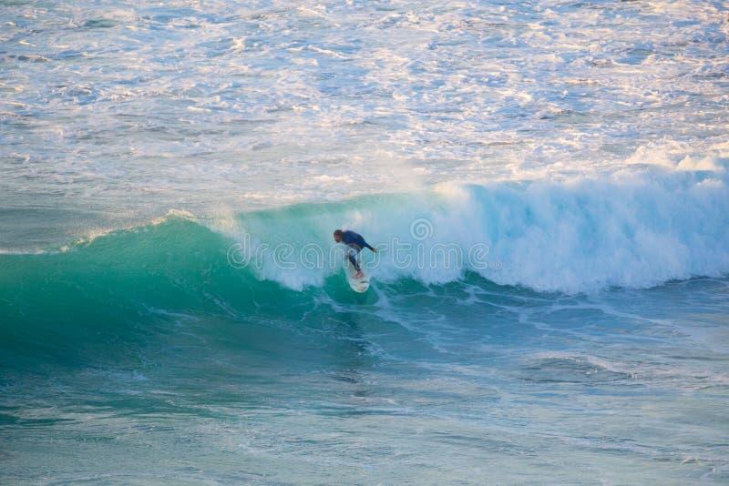Surfista superior que monta uma onda perfeita imagem de stock royalty free
