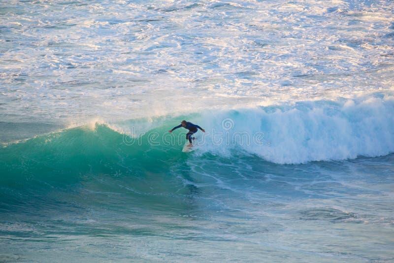 Surfista superior que monta uma onda perfeita fotografia de stock