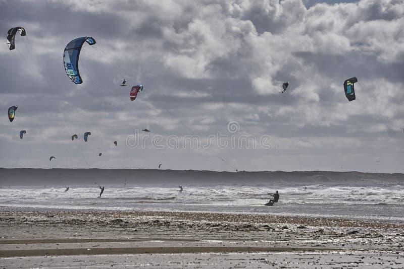 Surfistas do papagaio no Mar do Norte com forte vento imagens de stock royalty free