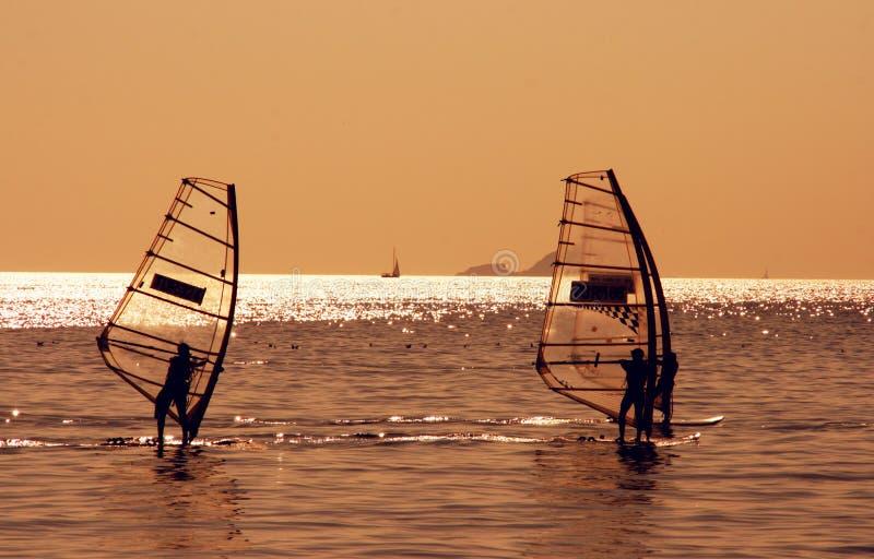 Surfistas do vento no mar de Marmara foto de stock
