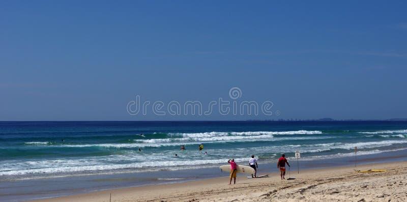Surfistas na praia fotografia de stock
