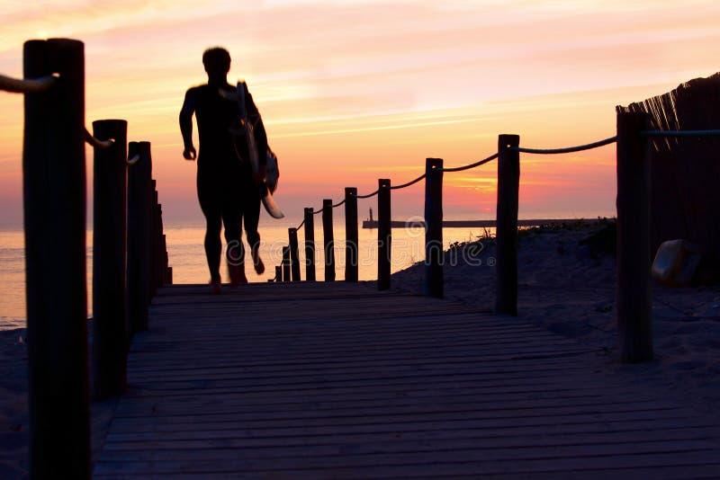 Surfistas no crepúsculo imagem de stock royalty free