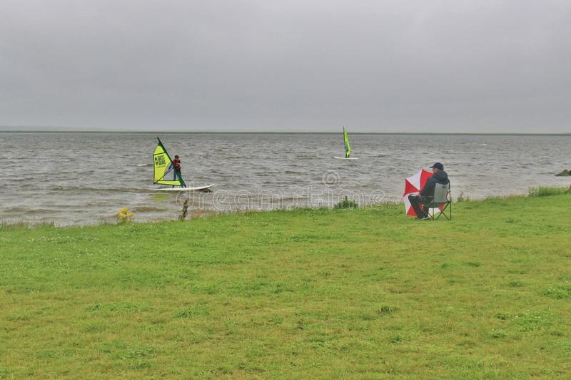Surfistas no fiorde de Ringkobing em Dinamarca imagens de stock