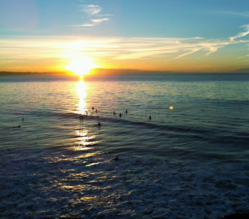 Surfistas no nascer do sol em Santa Cruz imagens de stock