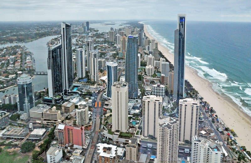 Surfistas paraíso, Gold Coast, Queensland, Austrália Silhueta do homem de negócio Cowering fotos de stock royalty free