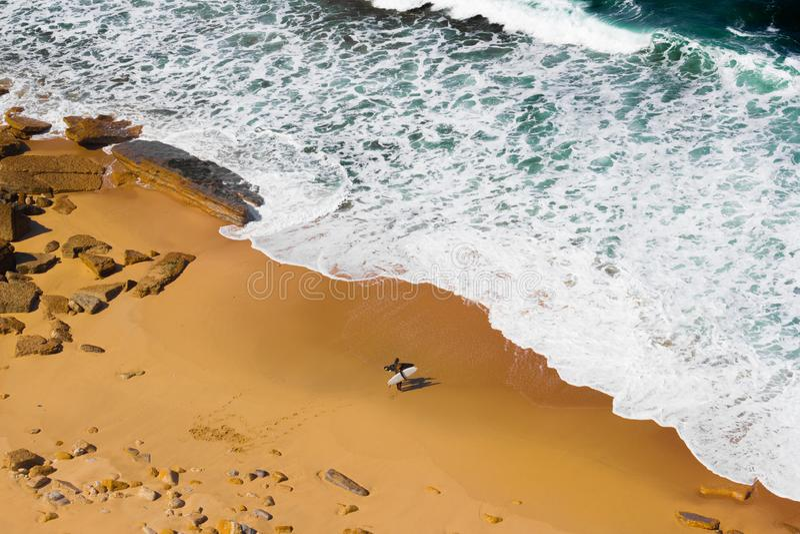 Surfistas que estão na opinião aérea da praia foto de stock royalty free