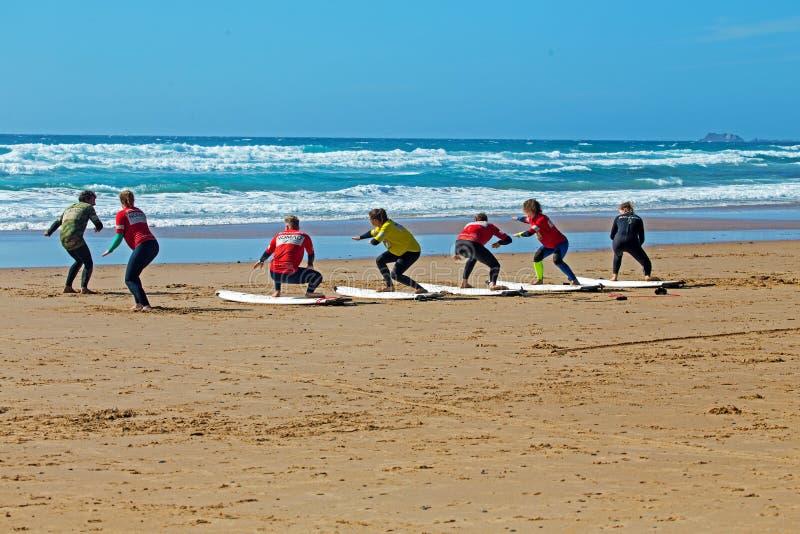 Surfistas que obtêm lições surfando no vale Figueiras do Praia em Portugal fotos de stock