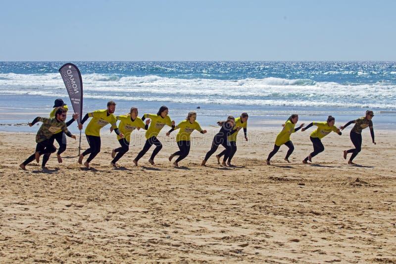 Surfistas que obtêm lições surfando no vale Figueiras do Praia em Portugal imagem de stock royalty free