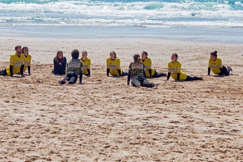Surfistas que obtêm lições surfando no vale Figueiras do Praia em Portugal imagem de stock