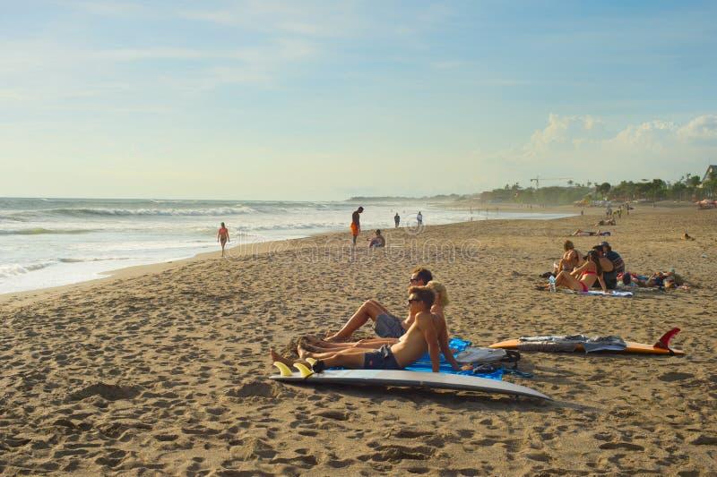 Surfistas que relaxam na praia imagens de stock royalty free