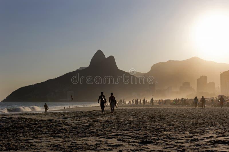 Surfisti alla spiaggia di Ipanema, Rio de Janeiro fotografia stock libera da diritti
