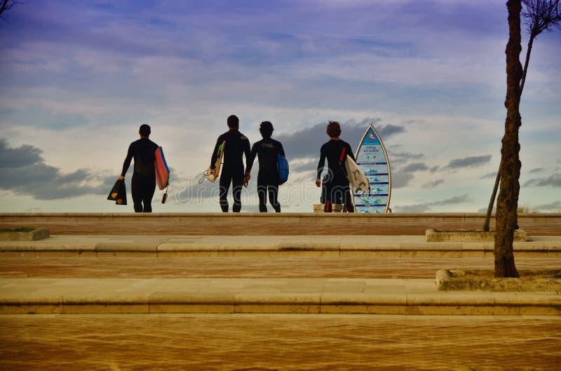 Surfisti alla spiaggia di Somo (Spagna) immagini stock