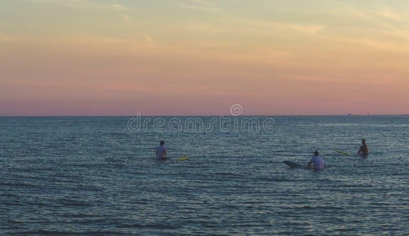 Surfisti che aspettano le onde immagine stock
