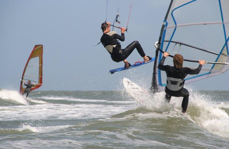 Surfisti del cervo volante e del vento fotografia stock