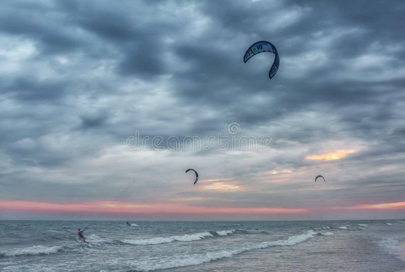 Surfisti dell'aquilone al tramonto fotografia stock