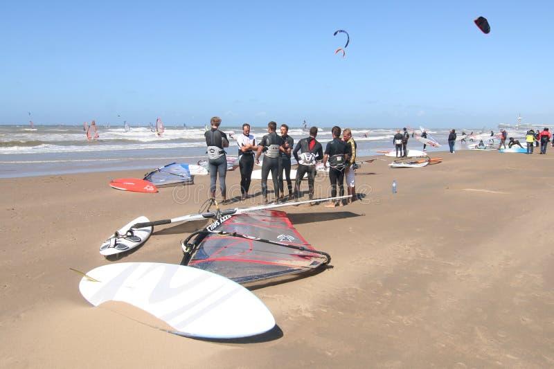 Surfisti e surf immagine stock