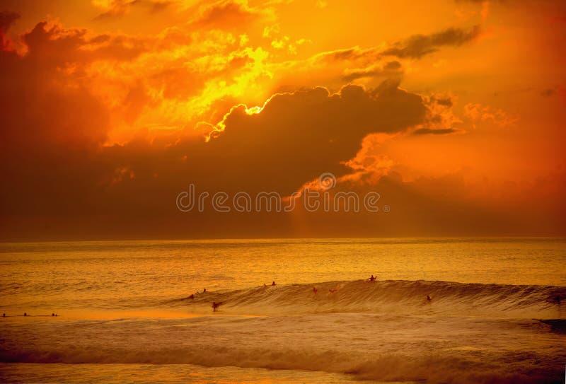 Surfować przy zmierzchem na Hawaje fotografia stock