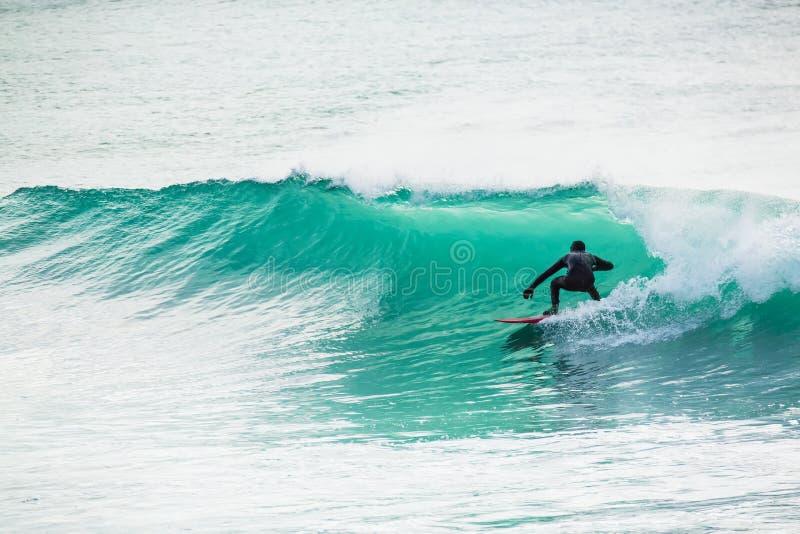 Surfować w turkus baryłce w oceanie zdjęcie royalty free