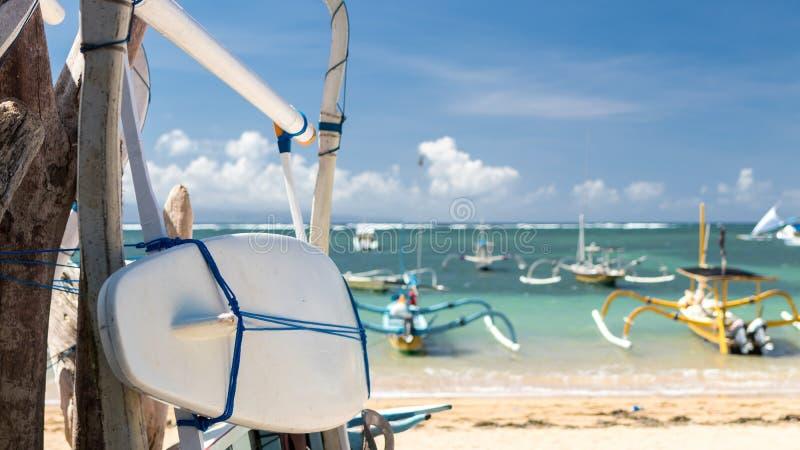Surfplank op het Sanur-strand, het tropische eiland van Bali, Indonesië stock foto