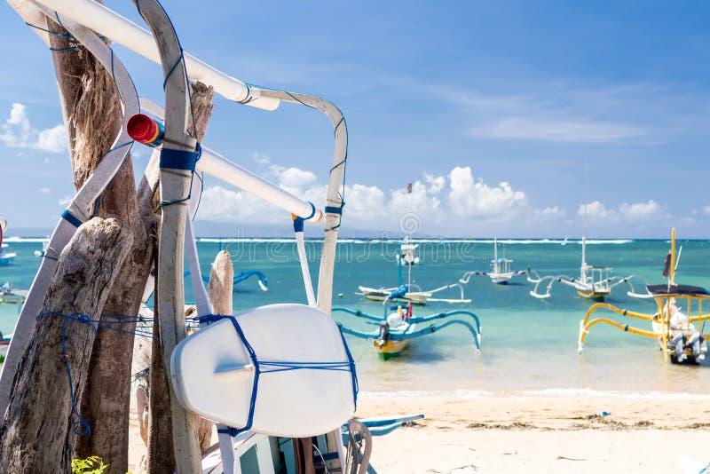 Surfplank op het Sanur-strand, het tropische eiland van Bali, Indonesië royalty-vrije stock afbeelding
