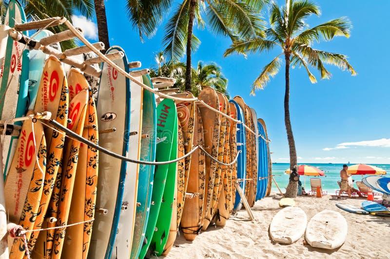 Surfplanken in het rek bij Waikiki-Strand royalty-vrije stock afbeeldingen
