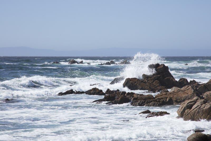 Surfuje Rozbijać wzdłuż skał wzdłuż 17 mil przejażdżki Kalifornia zdjęcie royalty free