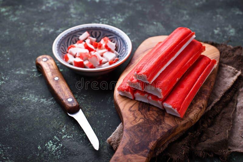Download Surimi En Het Mes Van Krabstokken Stock Foto - Afbeelding bestaande uit gezond, proteïne: 107701828