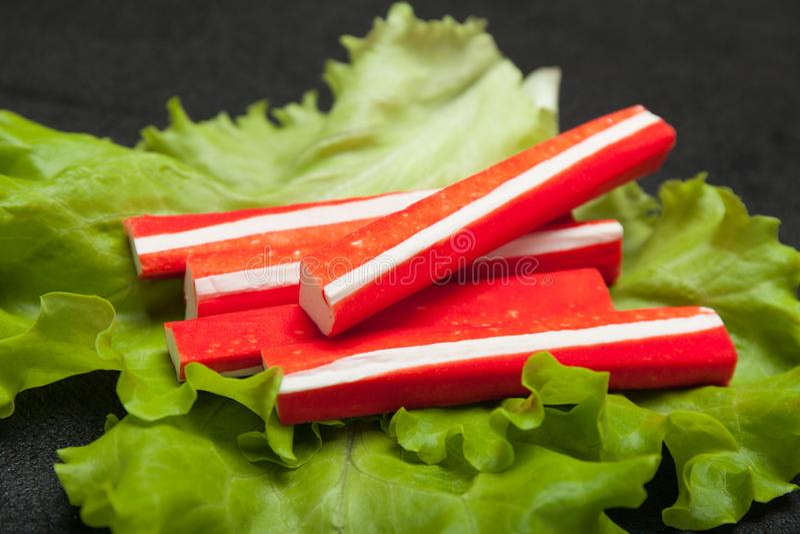 Surimisnack, imitatiekrabvlees op saladeblad royalty-vrije stock afbeelding