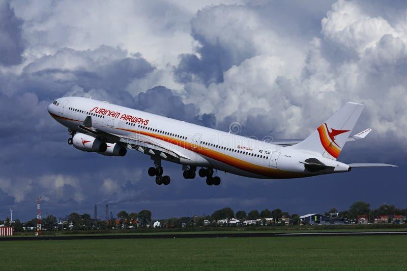Surinam Airways voyagent en jet voler jusqu'aux destinations de vacances photo libre de droits