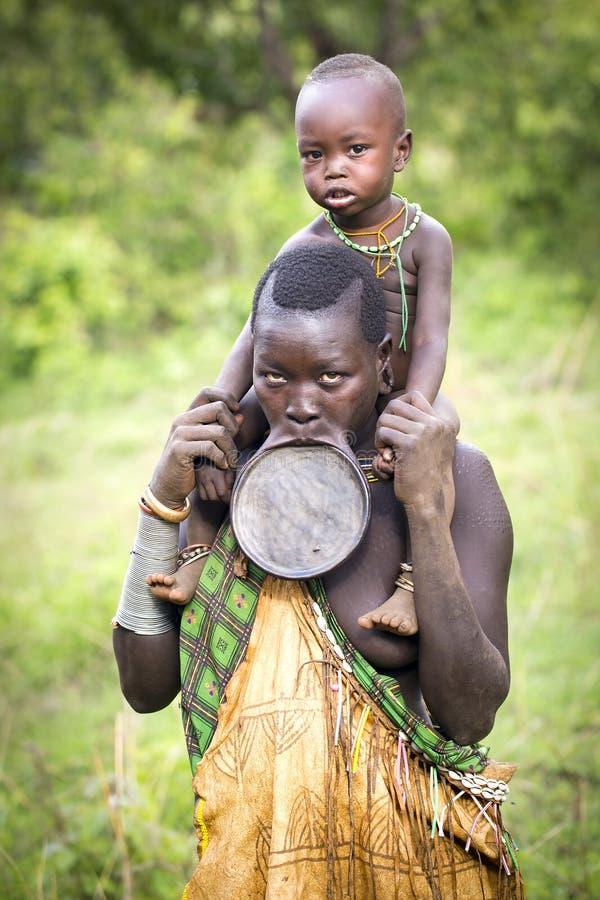 Surm plemienne kobiety z warga talerzem obraz stock