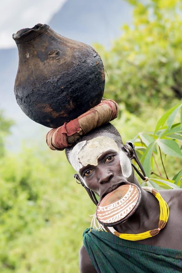 Surm plemienne kobiety z warga talerzem zdjęcie stock
