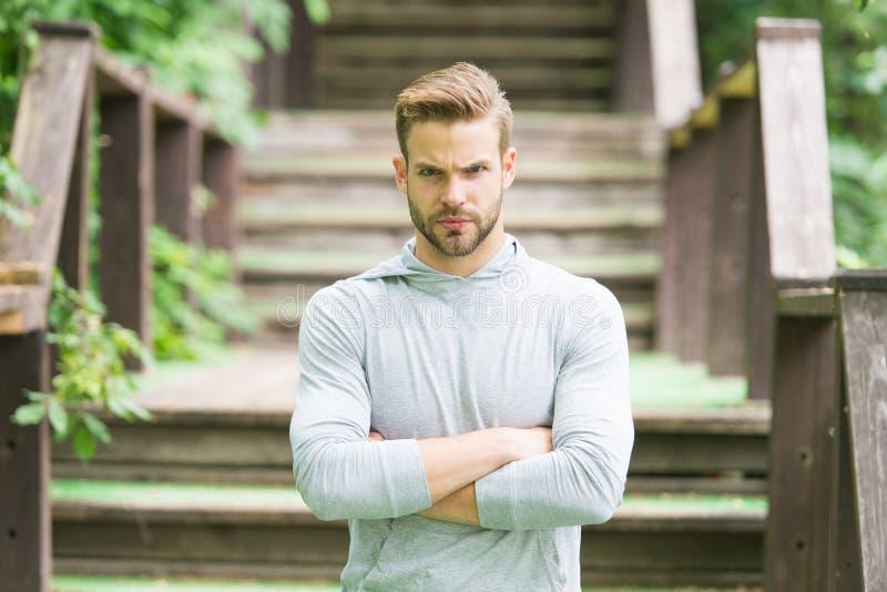 Surmontez tous les obstacles Mode de vie de sportif Fond beau d'escaliers d'athlète Beaut? masculine Bien-être et individu de spo images libres de droits