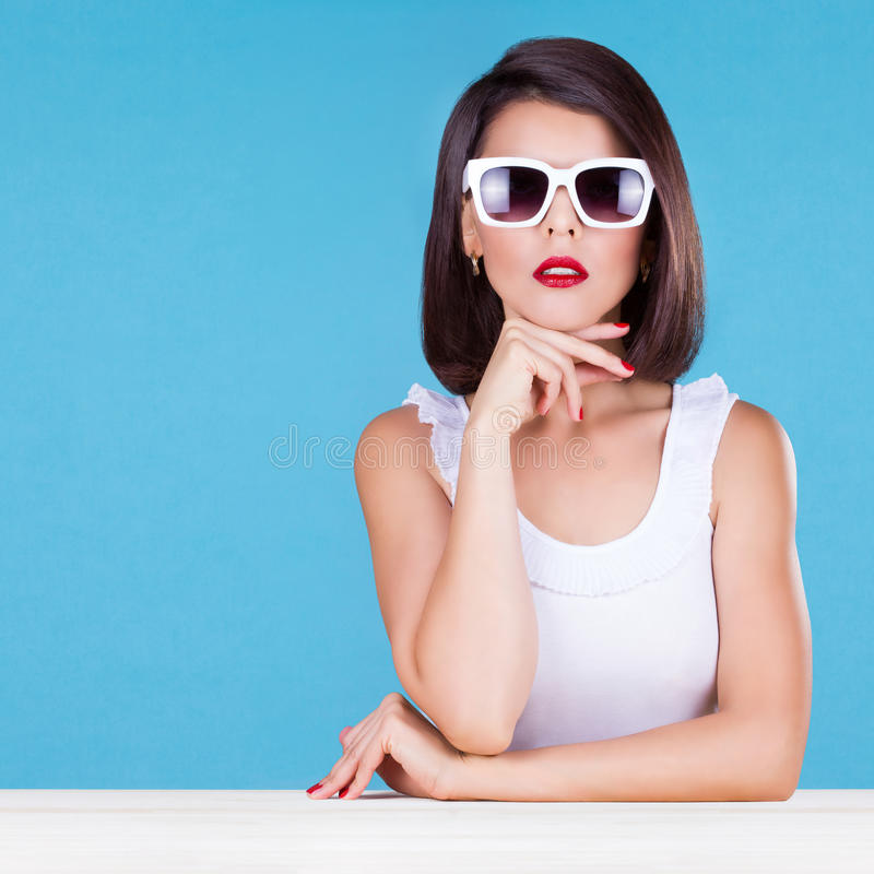 Surowa i piękna kobieta w okularach przeciwsłonecznych zdjęcia stock