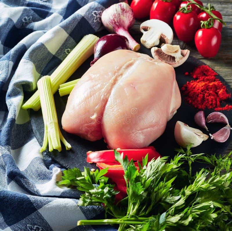 Surowa kurczak pierś polędwicowa z świeżymi veggies obrazy stock