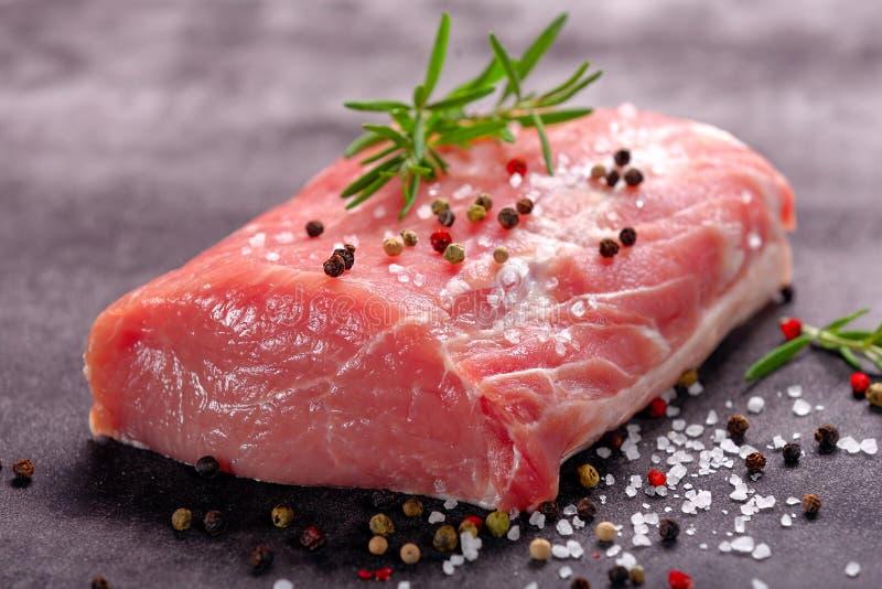 Surowa porcja wieprzowina kotlecik na kamiennym tle obraz royalty free