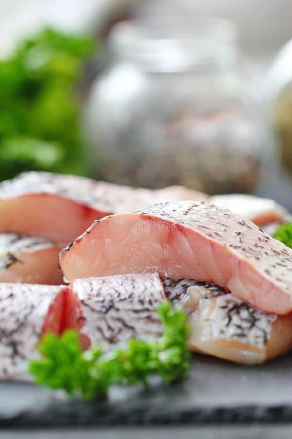 Surowa ryba przygotowywająca dla gotować fotografia stock