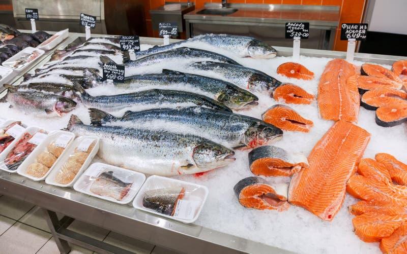 Surowa ryba przygotowywająca dla sprzedaży w supermarkecie obrazy stock