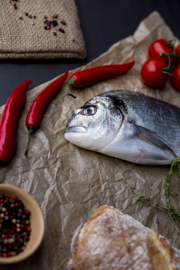 Surowa ryba, ziele i pikantność na tnącej desce, odgórny widok Zdrowy jedzenia lub diety odżywiania pojęcie obrazy royalty free