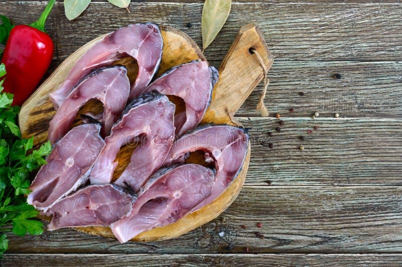 Surowa stek rzeki ryba na drewnianej tnącej desce na stole Karp gotowy dla gotowa? fotografia royalty free