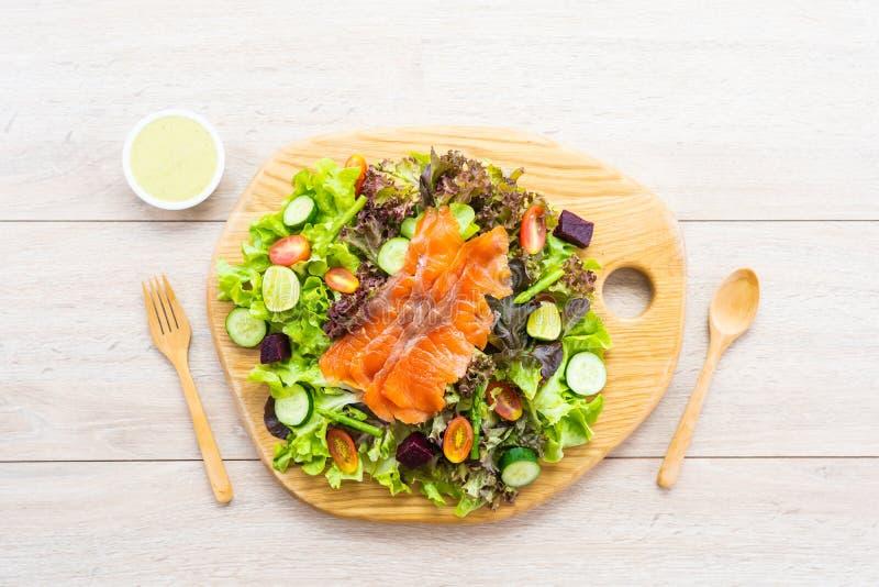 Surowa Uwędzona łososiowa mięso ryba z świeżą zieloną jarzynową sałatką zdjęcia stock