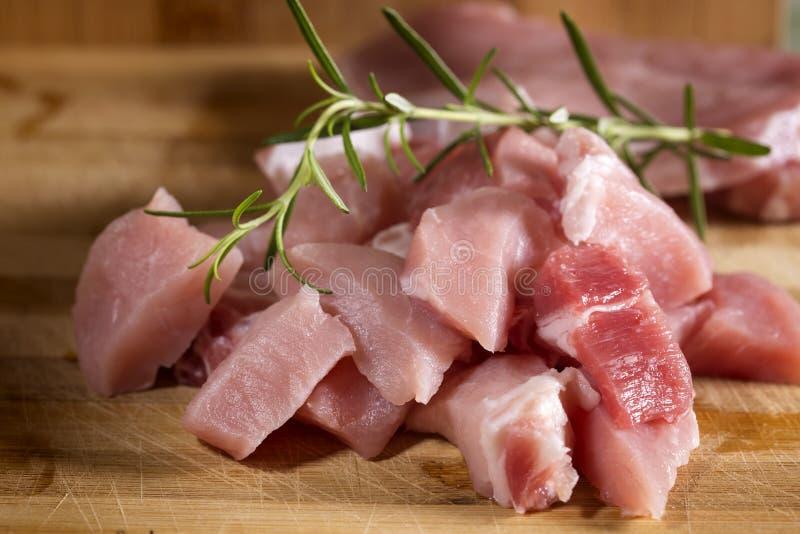Surowa wieprzowina przygotowywająca Gotować na drewnianej tnącej desce fotografia royalty free