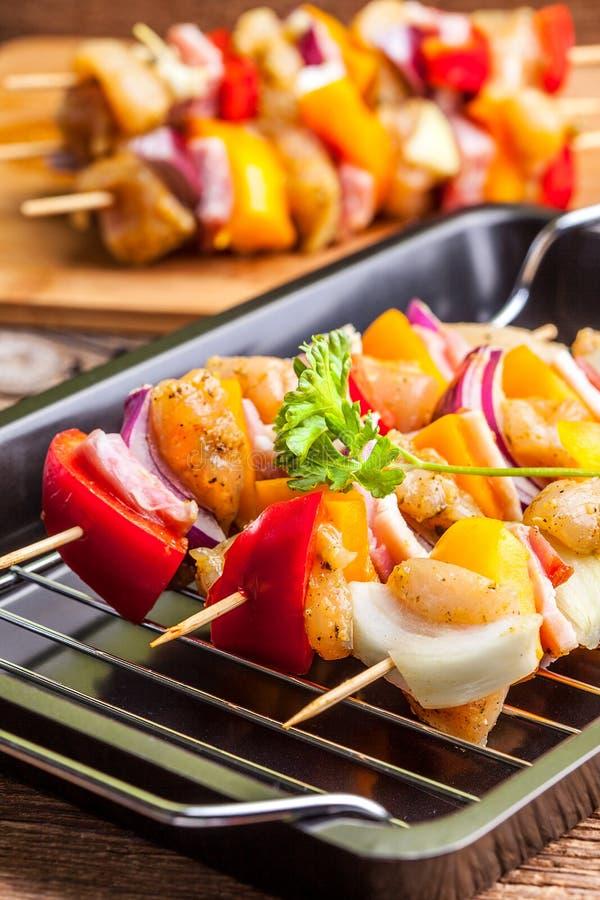 Surowa wołowina skewers gotowego dla piec na grillu zdjęcia royalty free