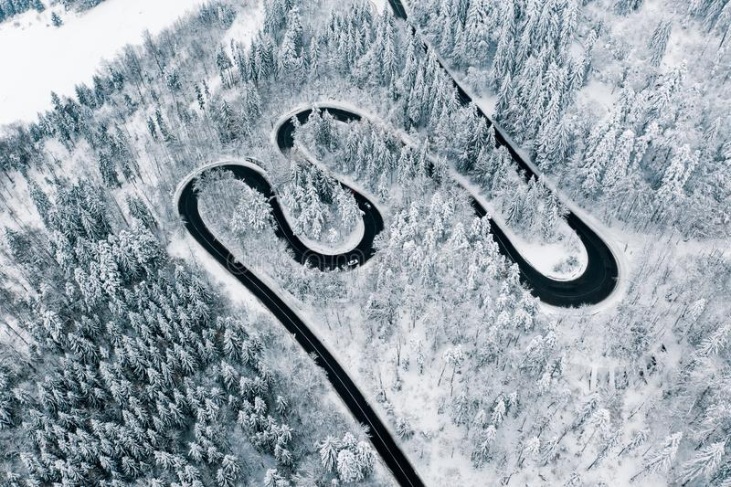 Surowa zimy pogoda na drogi synklinie przełęcze Karpackie góry obrazy stock