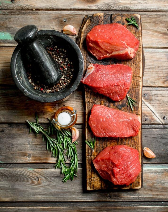 surowe mięso Kawałki świeża wołowina z pikantność i ziele zdjęcie stock