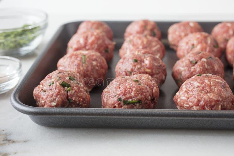 Surowe mięsne piłki przygotowywali i przygotowywają piec zdjęcia stock