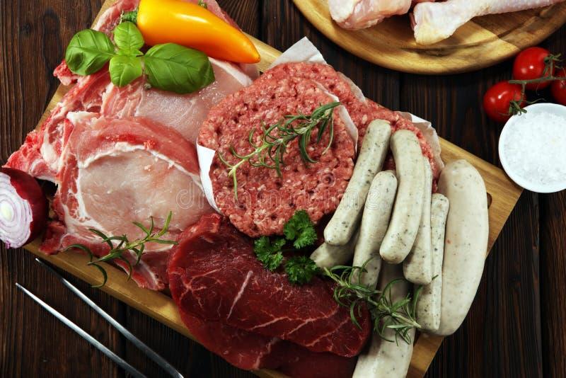 surowe mięso Różni typy surowy wieprzowiny mięso, kurczak i wołowina z, pikantność i ziele zdjęcie stock